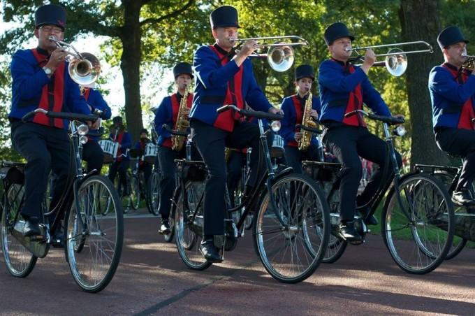 Muziekkorpsen vooraan in de Grote Optocht