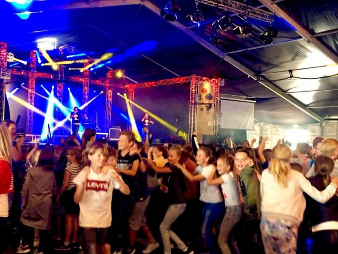 Kinderen beginnen enthousiast aan het Schoolfeest