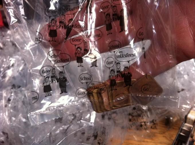 Meer dan 100.000 penningen gewassen en verpakt in speciale Schoolfeestzakjes